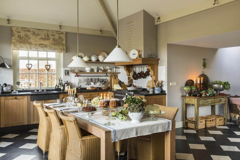 Grande cuisine avec salle à manger décoré pour un repas de Noël