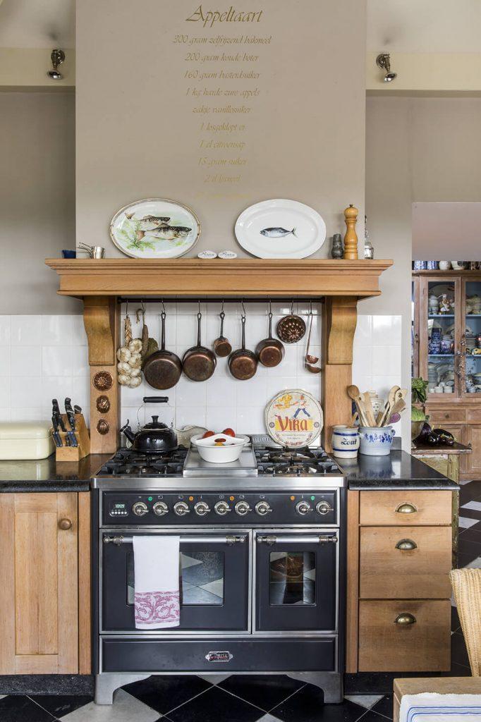 cuisine avec meubles en bois dans une maison de campagne