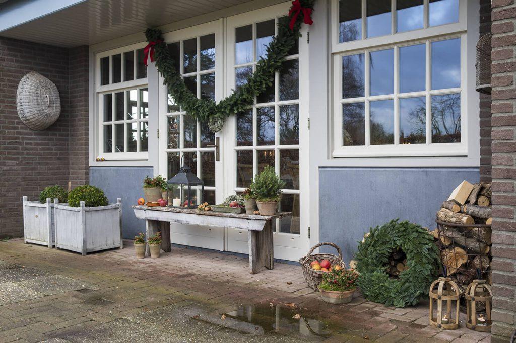 Terrasse avec des décoration de Noël de façon traditionnel, d'une maison de campagne avec guirlandes