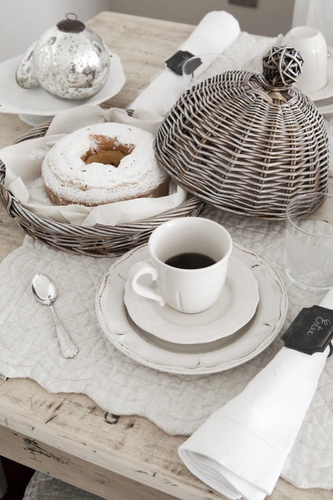 Ancienne vaisselle en porcelaine avec des serviettes sur la table à la déco noel shabby