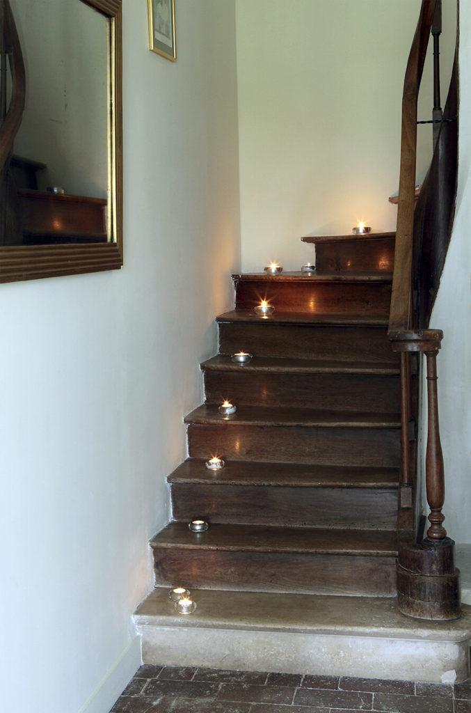 Escalier avec des bougie de décoration dessus