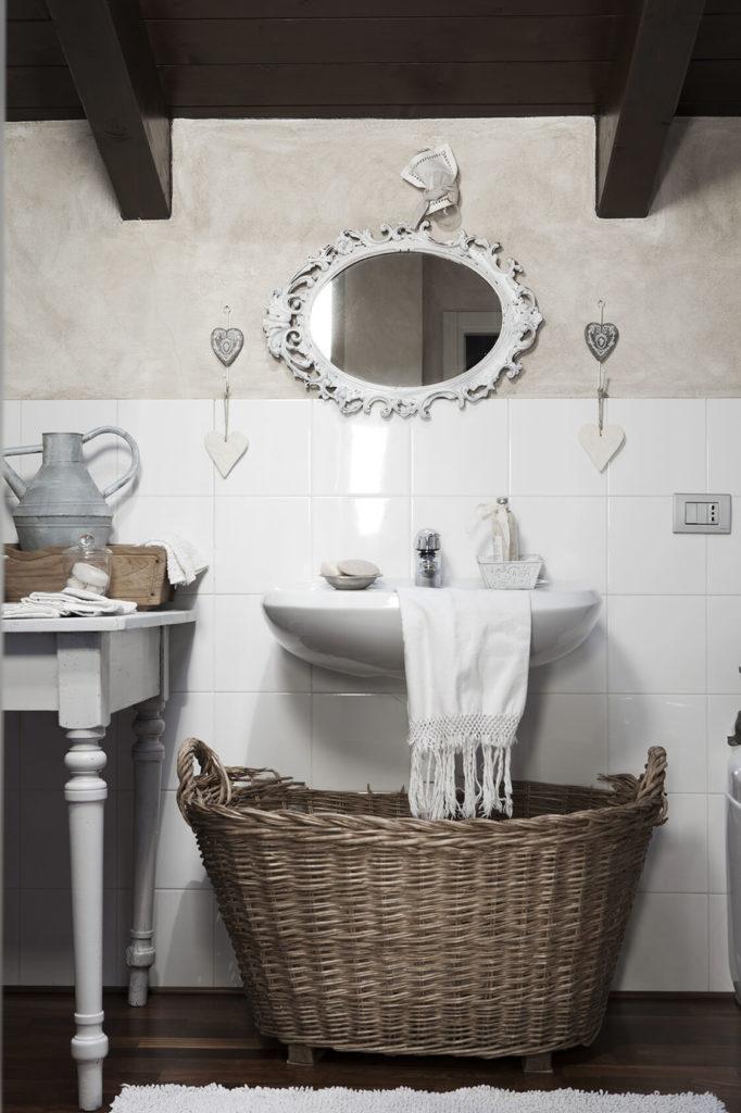 Salle de bain avec un grand panier à la déco noel shabby