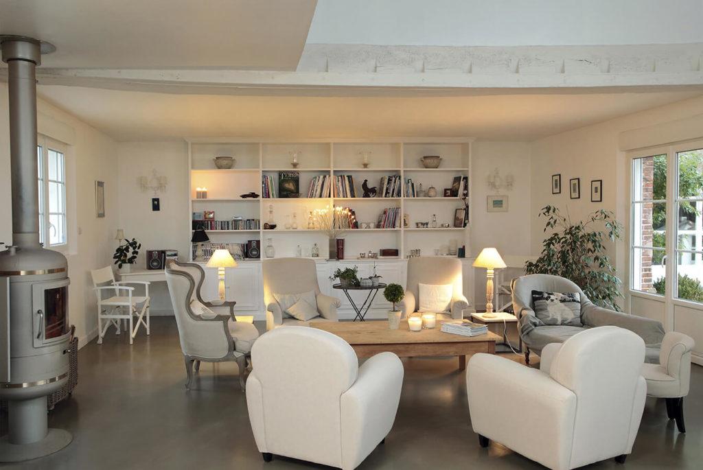 Salon à la déco cosy avec une grande bibliothèque sur mesure recouvrant le mur