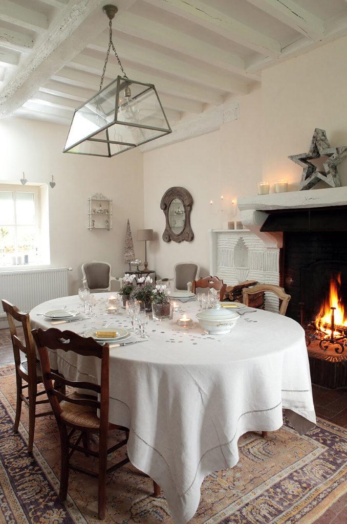 Salle à manger avec une table festive agrémentée de décoration florales
