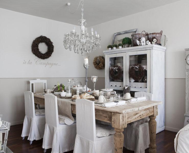 Salle à manger avec une grande table en bois à la déco noel shabby