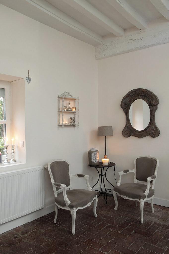Deux fauteuils peints à la peinture gris