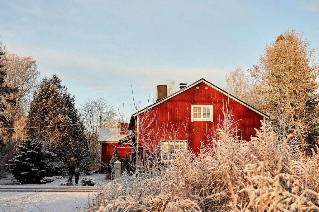 Maison de campagne rouge pour un noel boheme