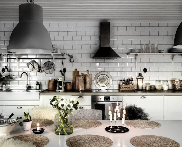 Grande table blanche dans une cuisine