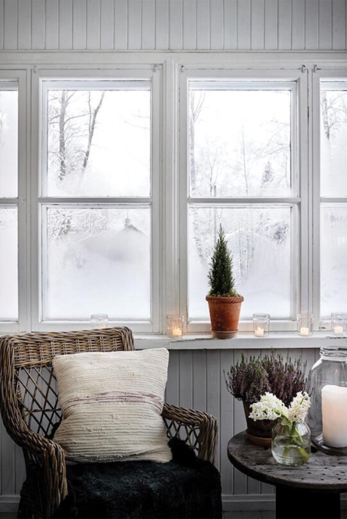 Paysage enneigé vu d'une fenêtre avec un style noel boheme