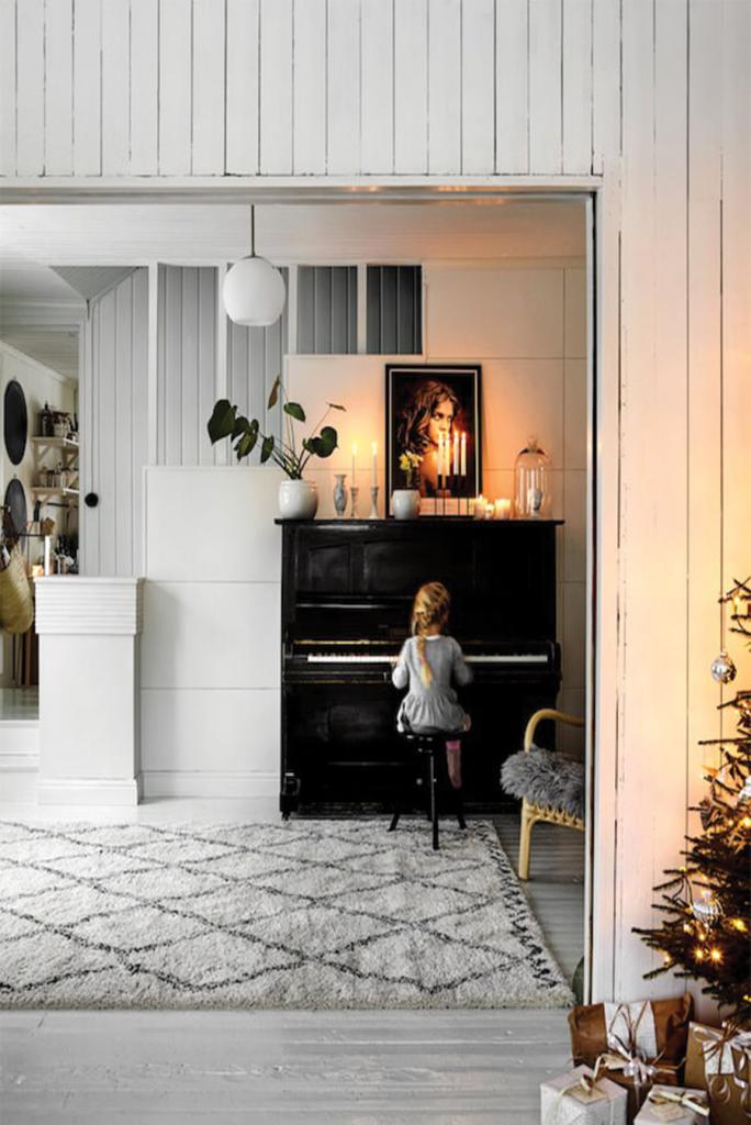 Salon avec piano au style noel boheme