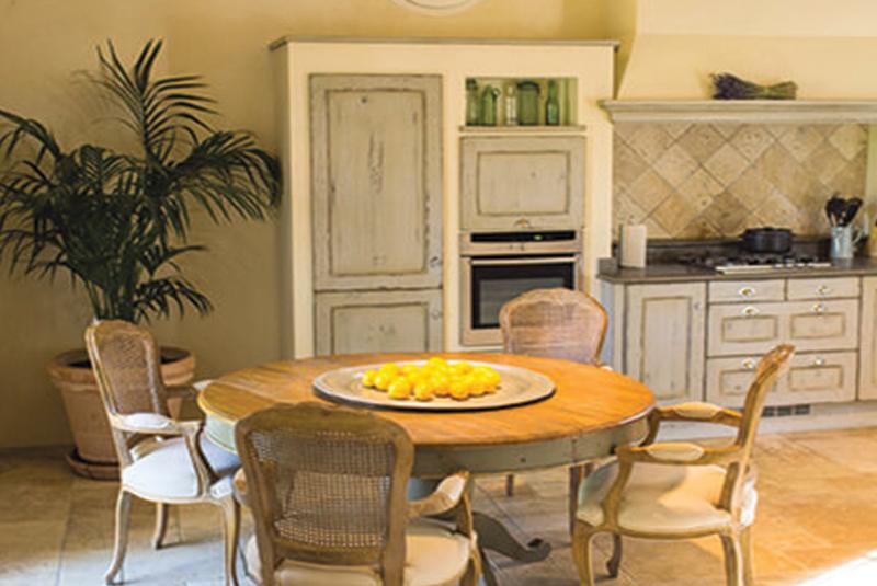 salle à manger avec table en bois et chaises maison de campagne au style provençal
