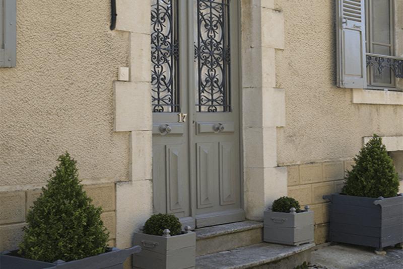 porte d'entrée gris, maison bourgeoise à l'interieur gustavien