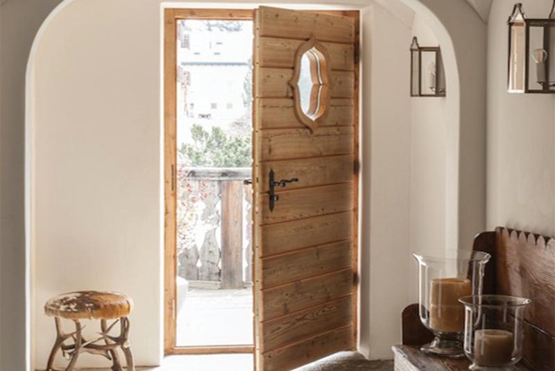 Entrée avec porte en bois à la déco chalet cosy