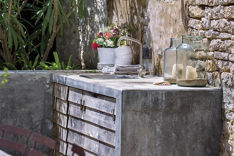 Petit coin cuisine en bois aménagé dans le jardin