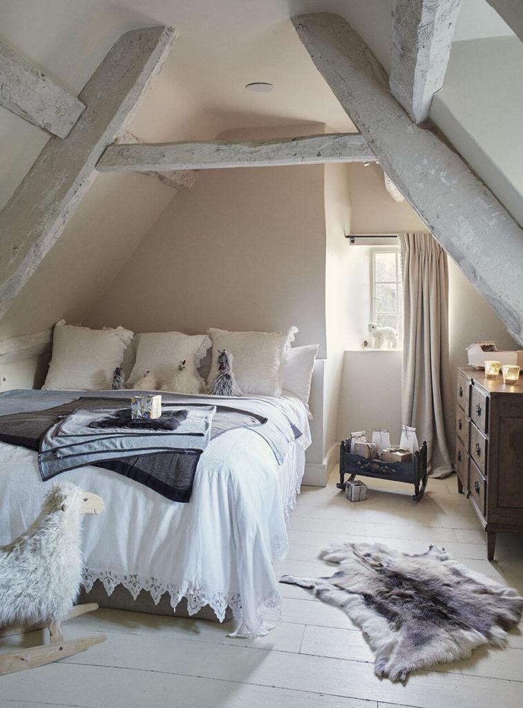 Chambre d'enfant avec un lit trois places.