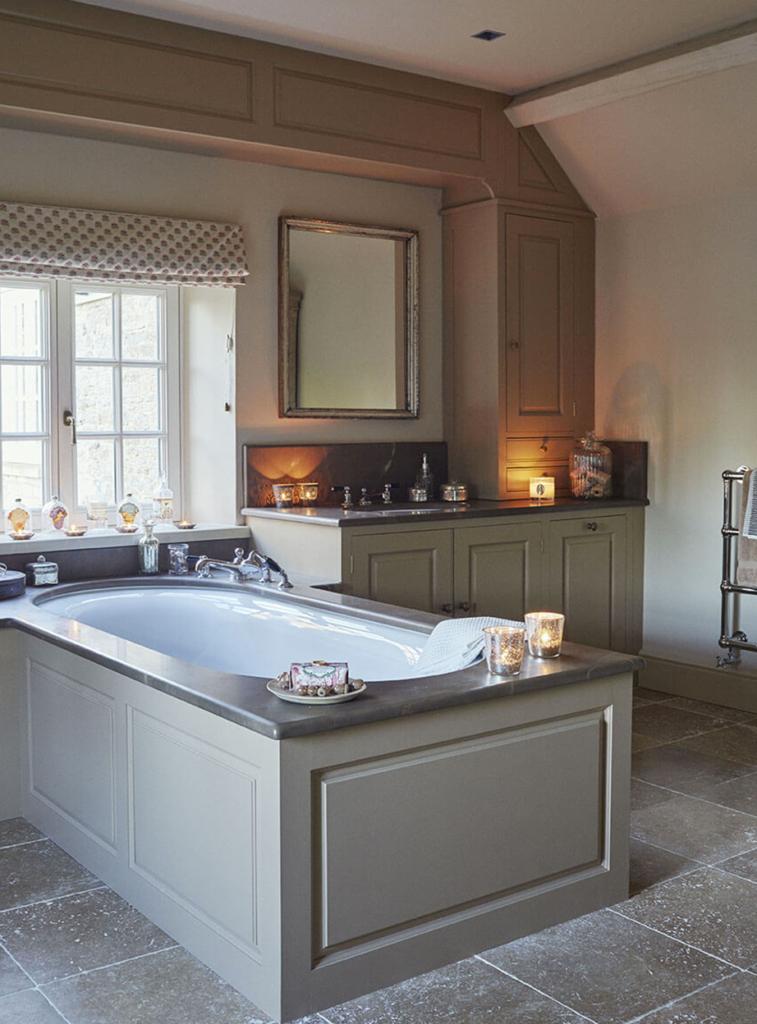 Salle de bain avec baignoir et meubles en bois couleur pastel