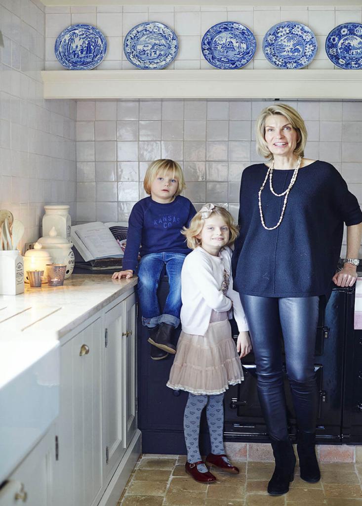 Propriétaire d'une maison en brique avec ses deux enfants