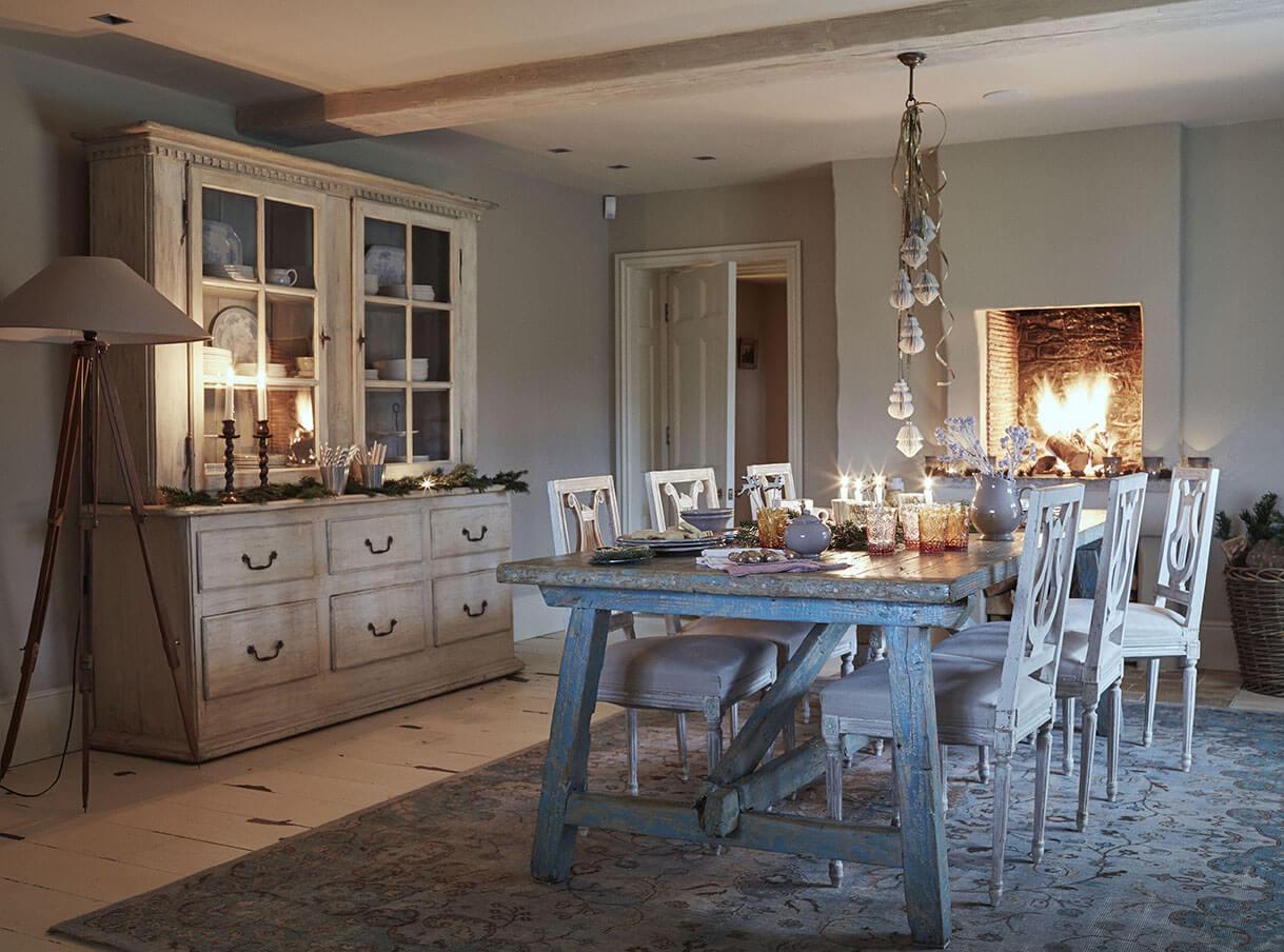 Salle à manger avec meuble en bois et table en bois bleu pour une ambiance de noel rustique chic
