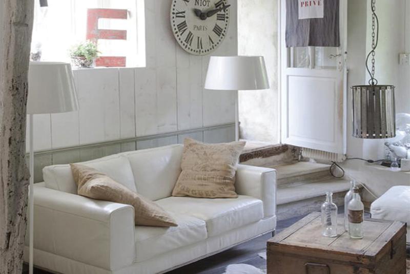 Salon avec canapé blanc dans une maison de campagne à la déco récup chic