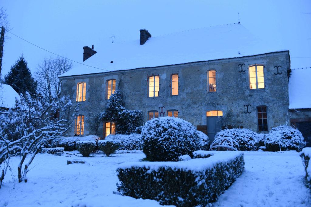 Maison au Perche recouverte de neige
