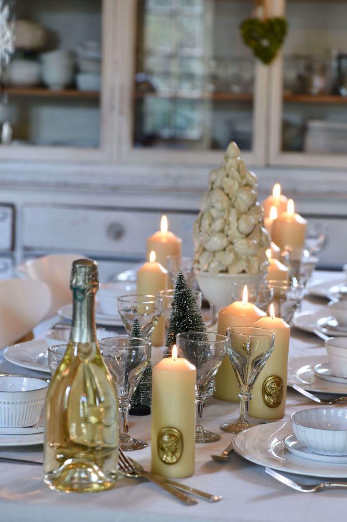 Des bougies de décoration lumineuses placées sue la table à manger