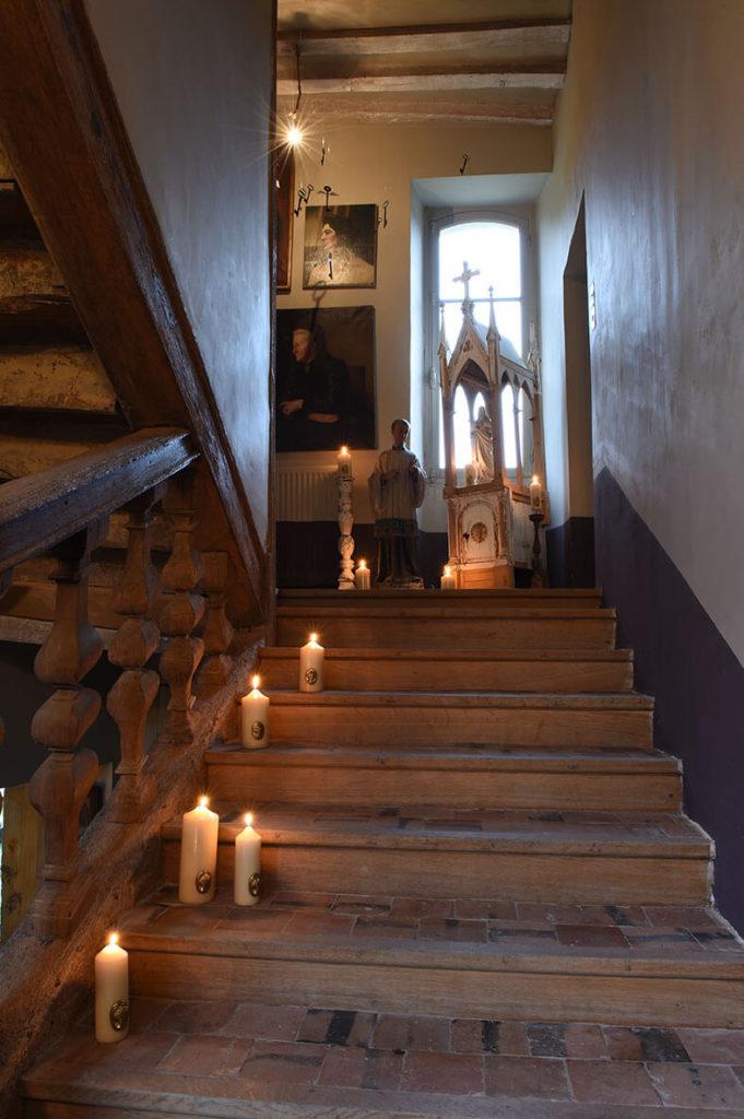 Escalier avec des bougies placées dessus pour décorer