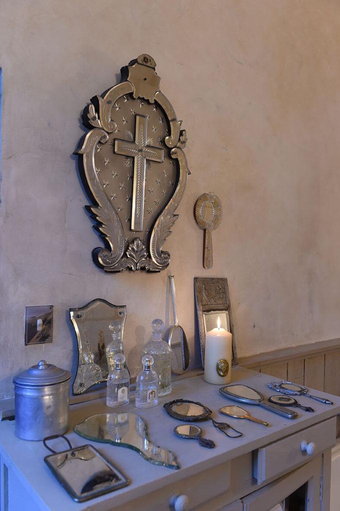 Collection d'anciens miroirs pour décorer la chambre