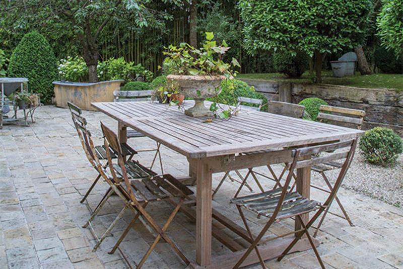 jardin avec table en bois dans une maison de campagne à la décoration style gustavien