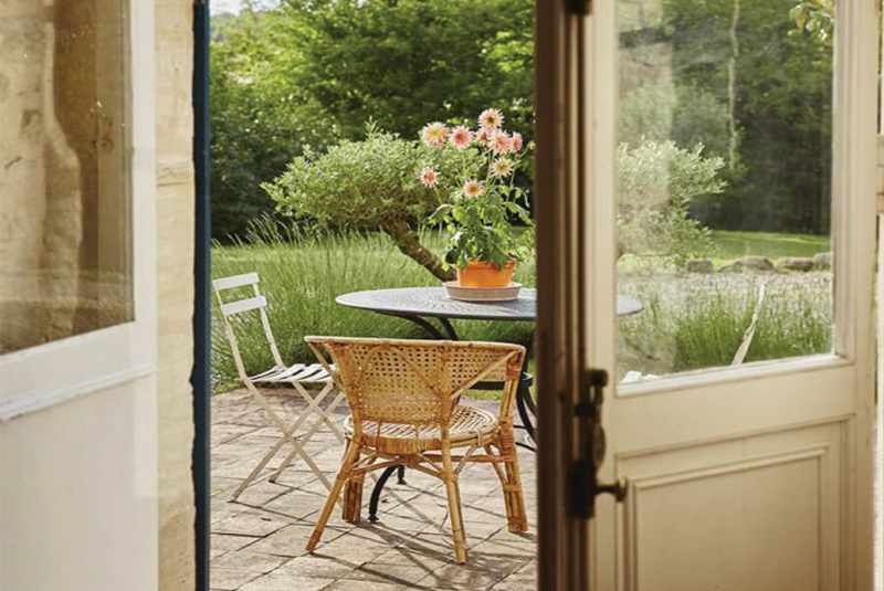 Terrasse avec table et chaise dans une maison de campagne à la déco rustique chic