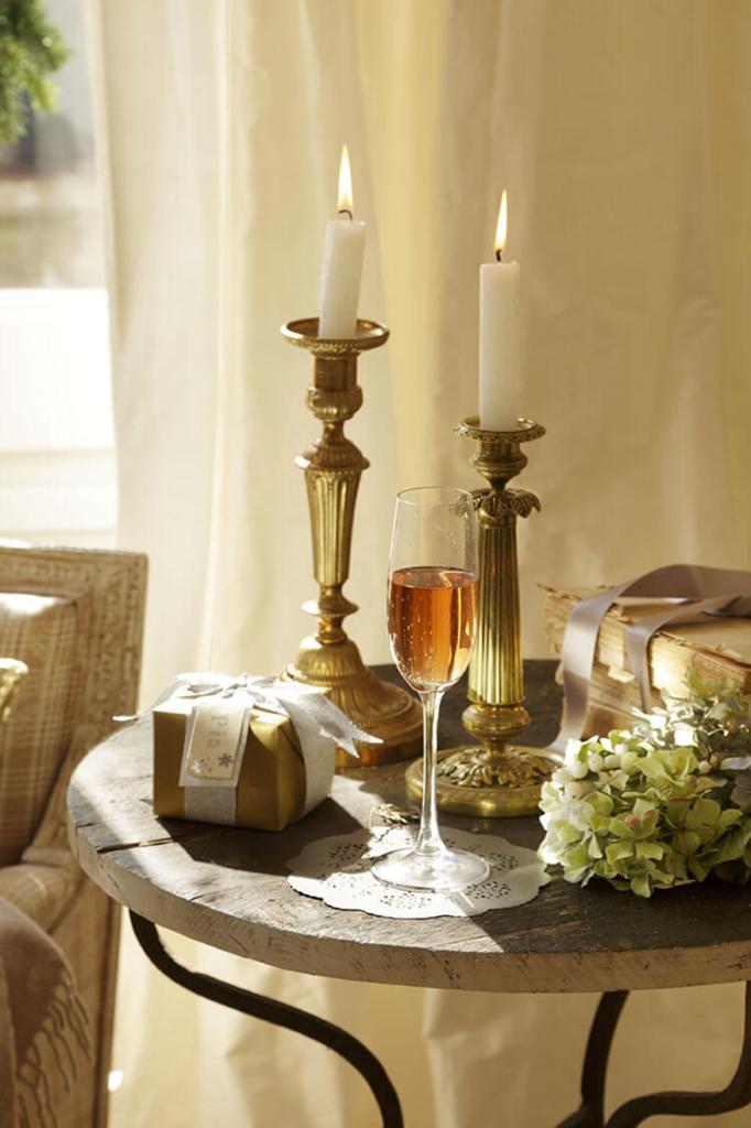 Décorations de noël avec bougies et cadeaux sur une table