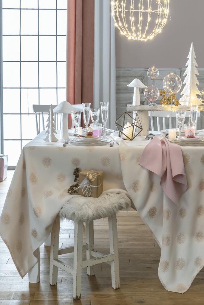 Nappe festive aux motifs pailletés, traitée antitaches et garantie grand teint, à partir de 29,90€ ; Becquet.