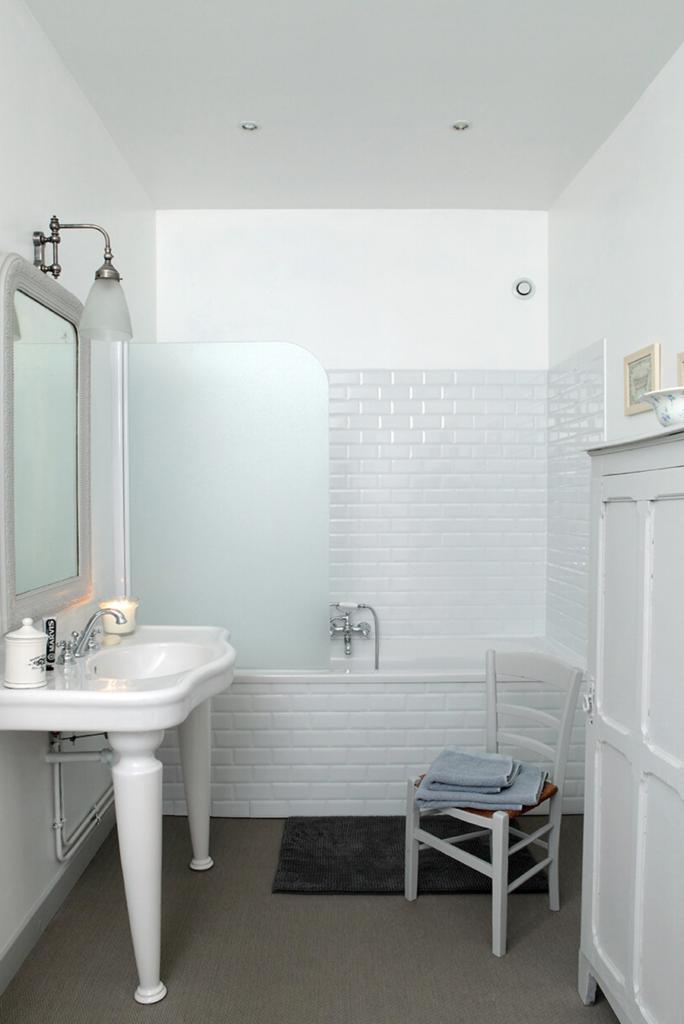 Salle de bain avec baignoire en résine blanche