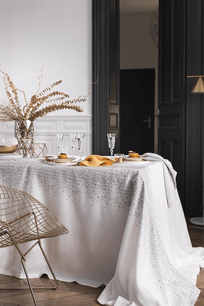 """Nappe « Météore », pur lin brodé de fil métallique """"Pépite d'or"""" sur lin impression digitale ; tête à tête, 149€ ; nappe à partir de 399€ ; Alexandre Turpault."""