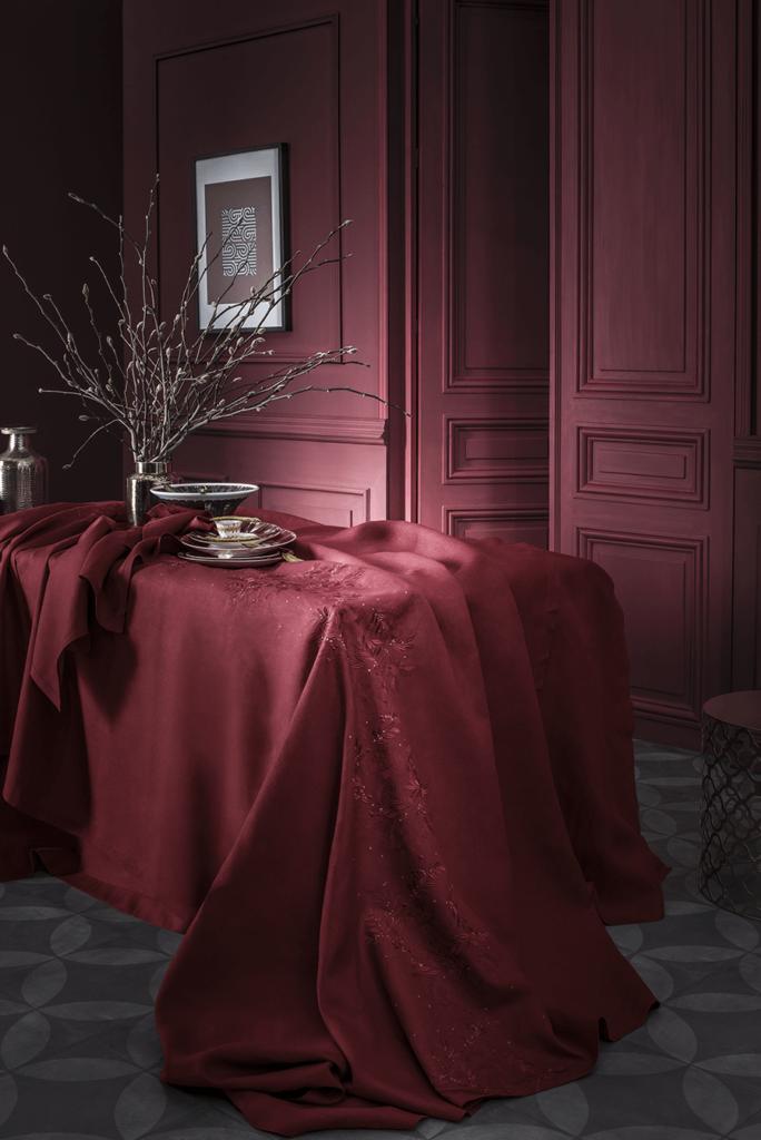 """Nappe « Saisons », pur lin broderie """" couronne de feuilles"""" et mini étoile en fil d'or ; tête à tête, 129€ ; nappe à partir de 299€, disponible en tourterelle et cranberry ; Alexandre Turpault."""
