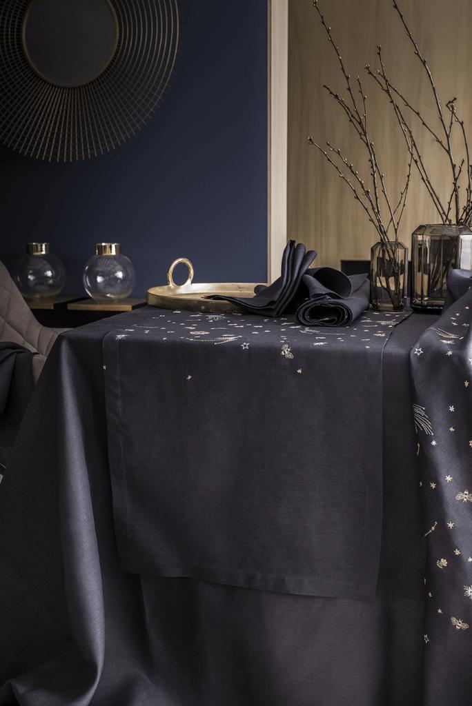 Collection « Astro lab », linge de table en lin brodé ; tête à tête : 149€ ; Nappes à partir de 399€ ; Alexandre Turpault.