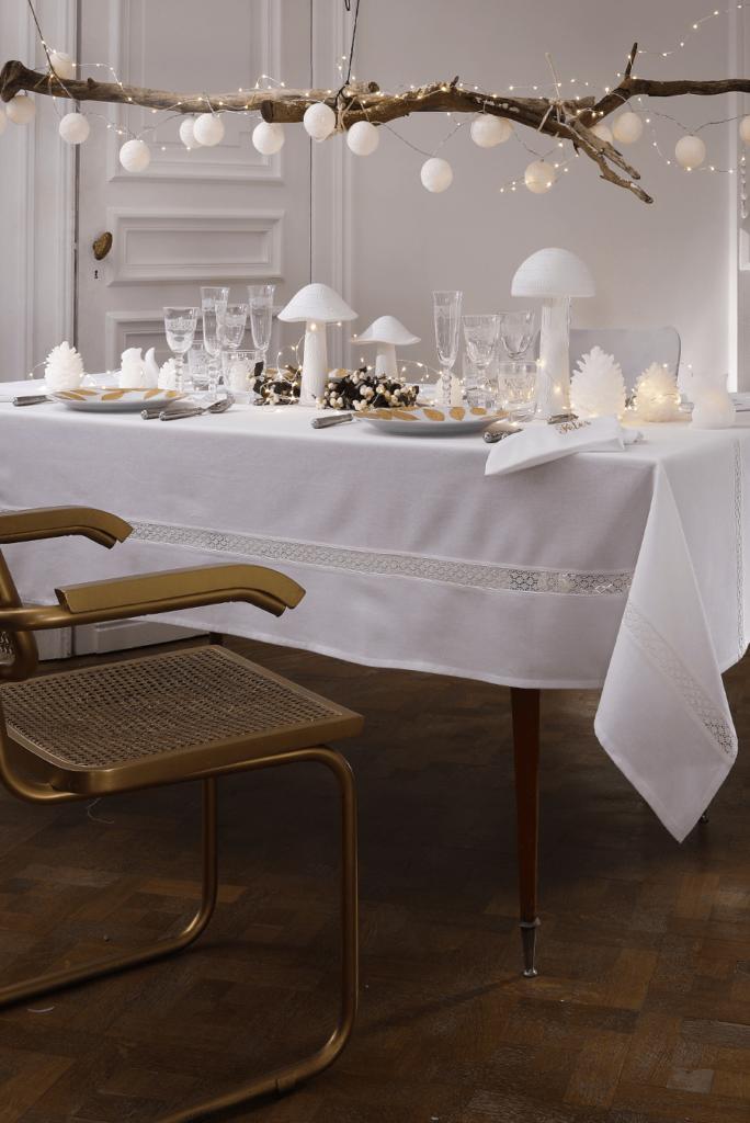 """Nappe blanche avec des lignes effet """"crochet"""" blanc, 100% coton, à partir de 29,90€ ; Becquet."""