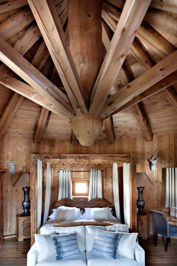 Chambre au style montagnard avec un grand lit double
