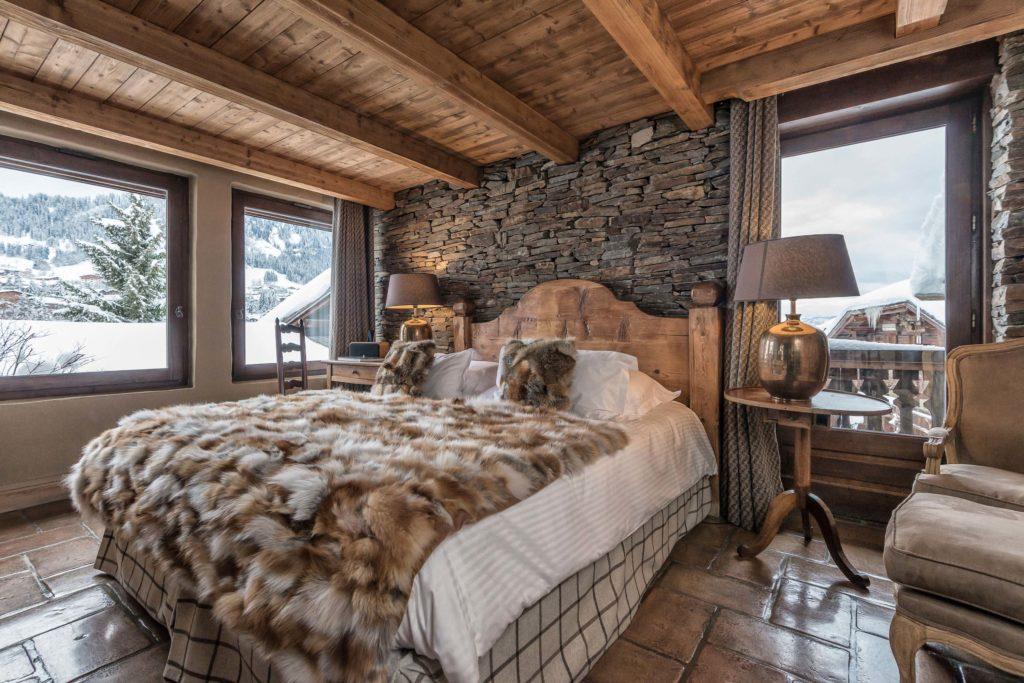 Chambre de charme dans un chalet avec un grand lit