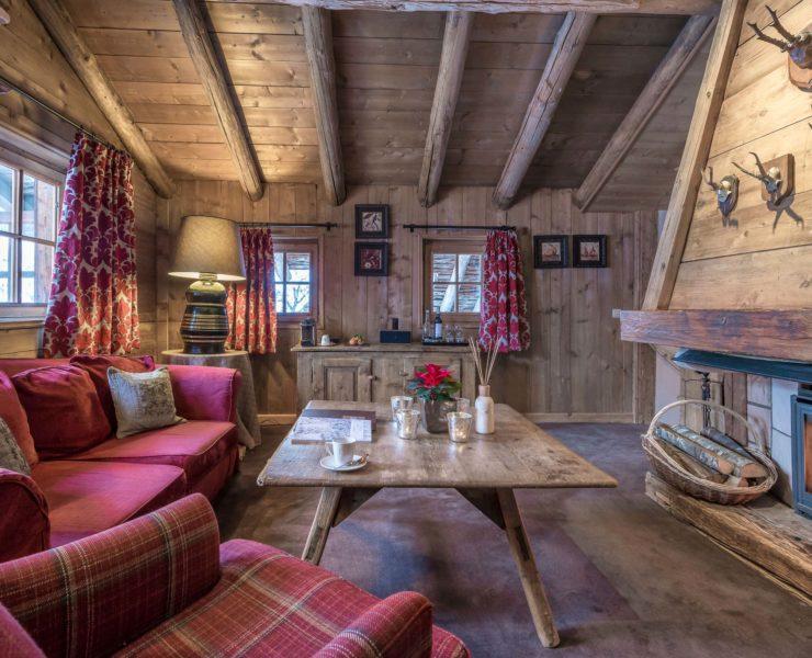 Salon dans un chalet avec des canapés rouge