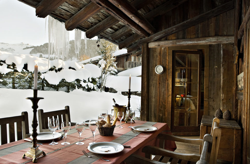 Grande table dans une maison d'hote aux chalets de charme