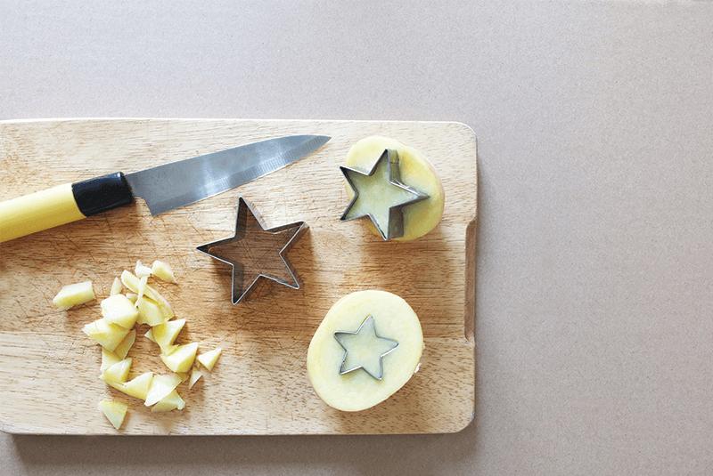 Pommes de terre découpés pour des motifs étoiles sur la housse d'un coussin