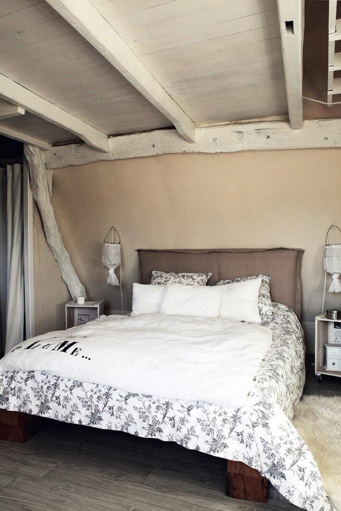 Chambre avec poutre dans une maison de campagne