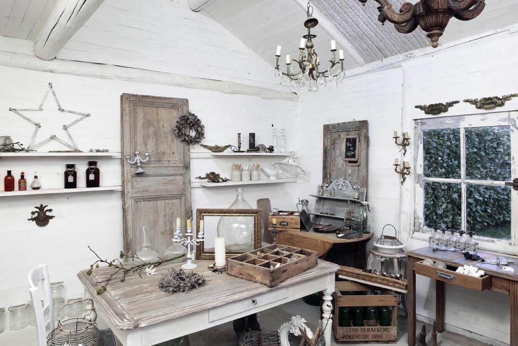 Table en bois et étagères dans une atelier au style campagne chic