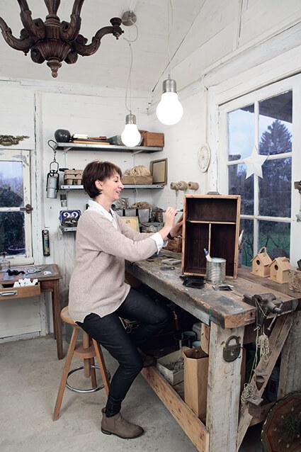 Nathalie, propriétaire d'une cabane normande au style campagne chic
