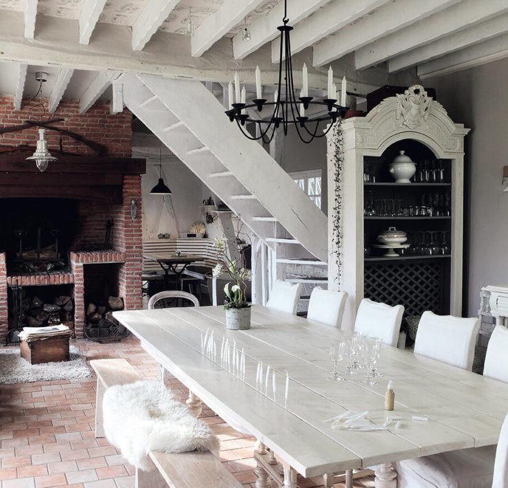 Grande table en bois blanc dans une maison de campagne