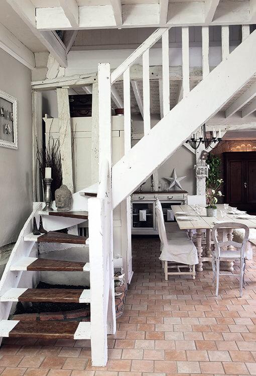 Escaliers en bois blanc