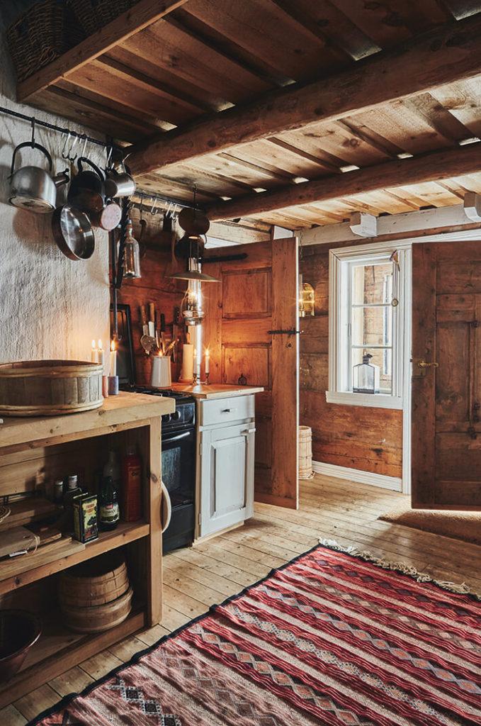 Cuisine en bois dans un chalet à la déco rustique