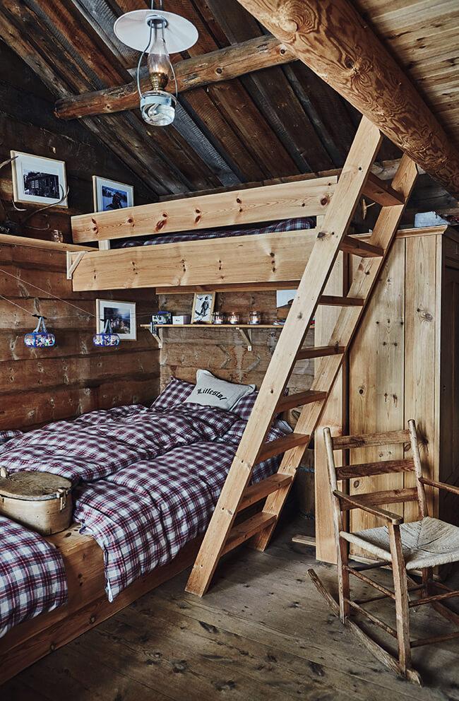 Echelle en bois dans une chambre au style rustique chic