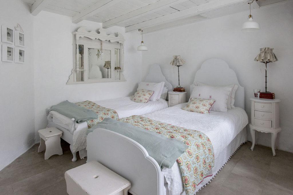 Chambre avec deux lits au style shabby chic