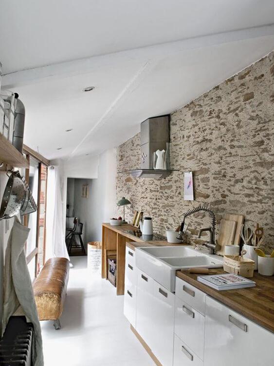 cuisine avec murs en pierre